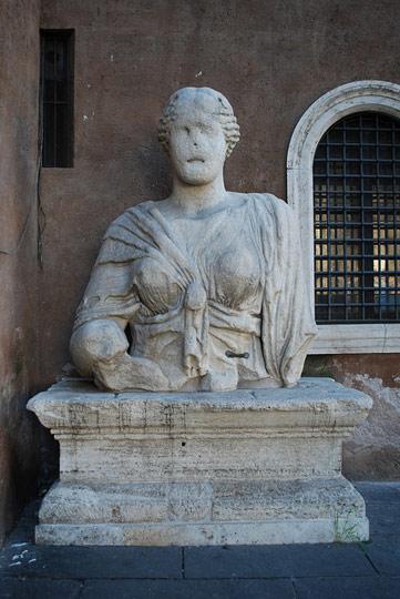 madama-lucrezia-talking-statue-b