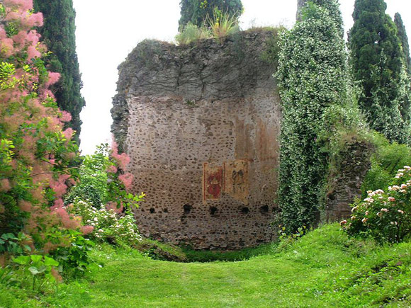 15 ghost towns in italy abandoned villages in italy for Giardino di ninfa italy