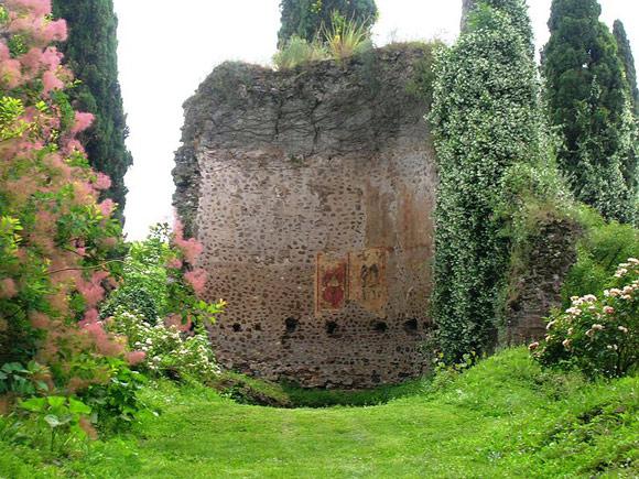 Giardino di ninfa church