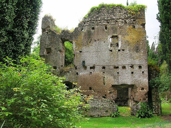 15 ghost towns in italy abandoned villages in italy for Giardino di ninfa a latina