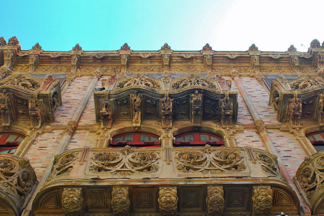 Palazzo della Magnolia, in Via Luigi Sturzo, Caltagirone. The palace in Liberty style shows an opulent terracotta decoration by Enrico Vella. Photo © tango-/Flickr.