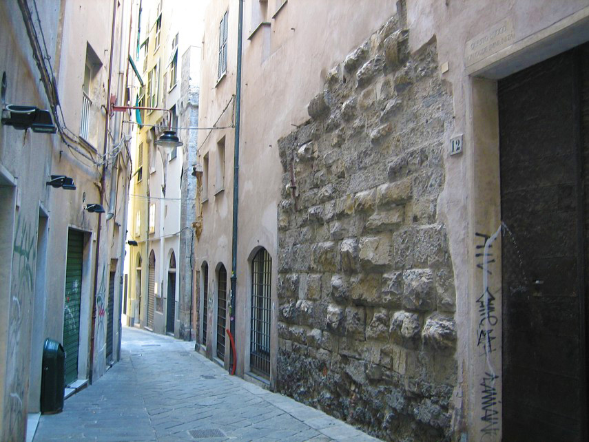 Relic of the ancient wall in Via Tommaso Reggio. Photo by noceti.