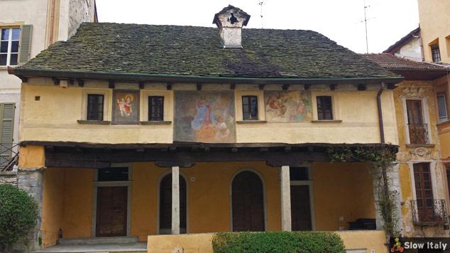 Casa dei Nani (House of Gnomes) in Salita della Motta. Photo © Slow Italy.